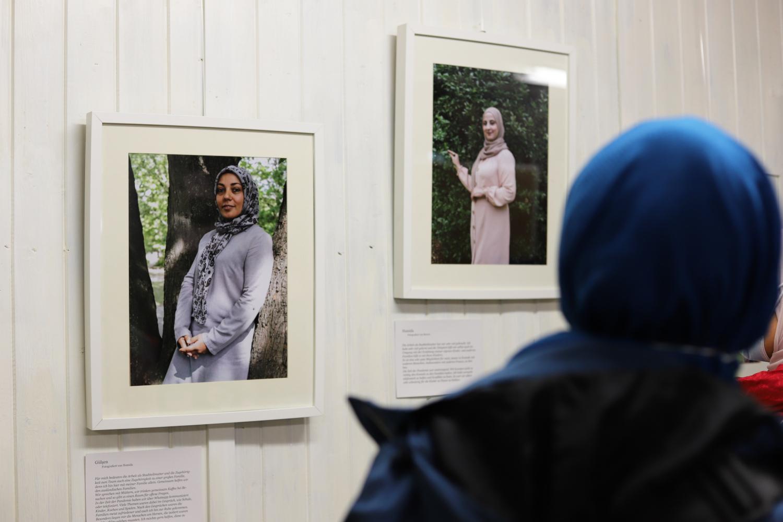 Frau sieht ein Bild in einer Ausstellung an
