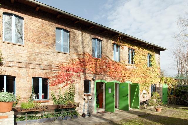 Altes, instand gesetztes Gebäude einem Hinterhof