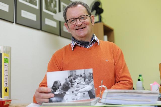 Sozialarbeiter Jürgen Putze-Denz mit Ordner voller Presseberichte