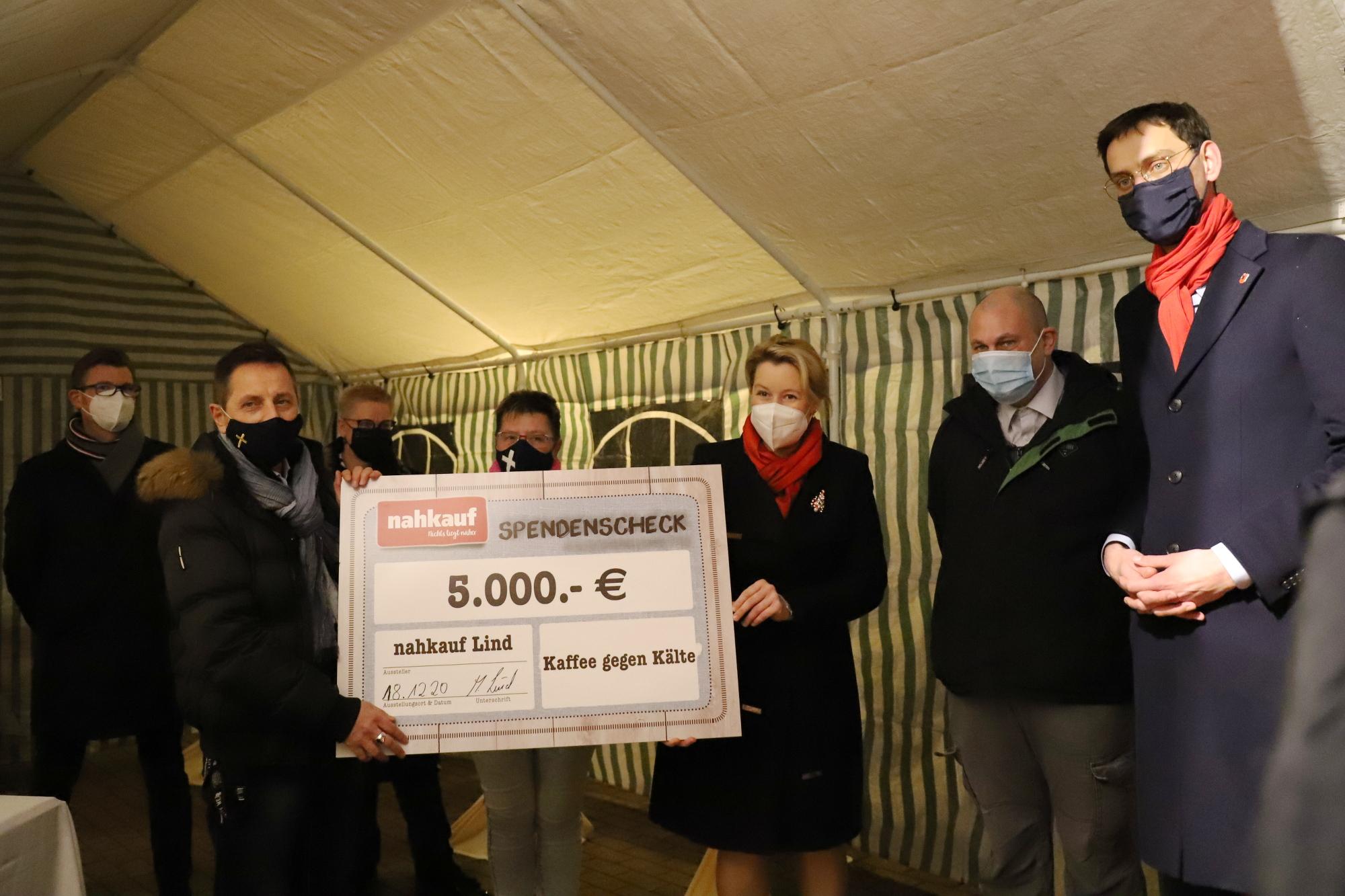 Mitarbeitende des Diakoniewerks Simeon mit Martin Hikel und Franziska Giffey bei der Spendenübergabe