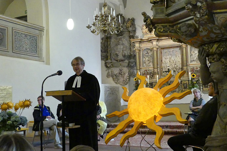 Pfarrer Thomas Spiegelberg spricht am Pult