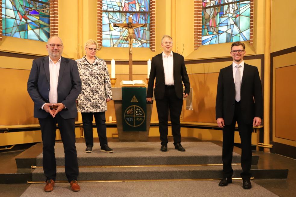 von links: Olaf Petzold und Marion Timm, Geschäftsführende im DWS, Superintendent Dr. Christian Nottmeier, Geschäftsführer Dr. Oliver Unglaube