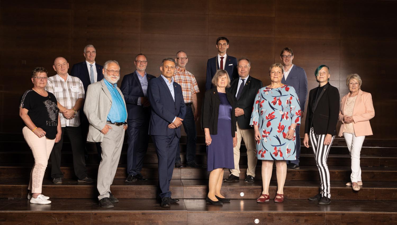 Gruppenfoto der Personen, die mit der Neuköllner Ehrennadel ausgezeichnet wurden